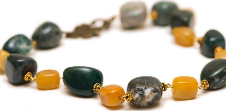 Do jakich stylizacji pasuje jesienna biżuteria?